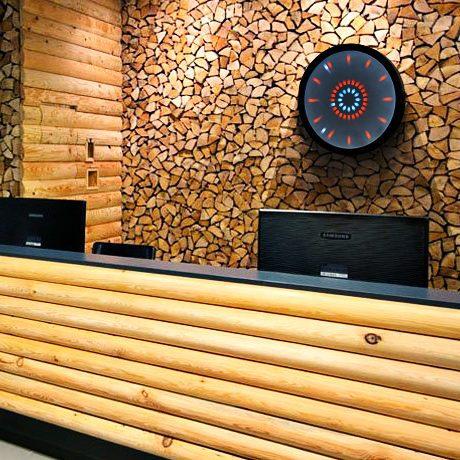 Интерьер бизнес-центра с отделкой натуральным деревом